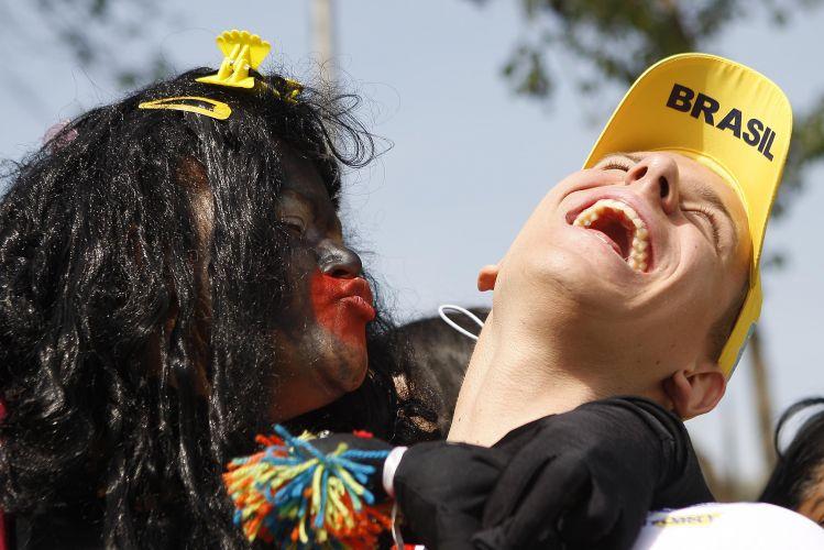 Cesar Cielo brinca com torcedor durante o Troféu José Finkel