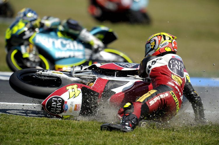 O piloto alemão Sandro Cortese sofre uma queda durante o Grande Prêmio da Austrália de Moto GP