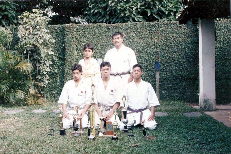 Lyoto - agachado, ao centro - com seus irmãos Chinzô, Takê, Kenzo e seu pai Yoshizo