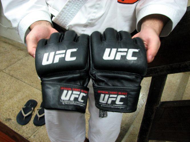 Lyoto mostra a luva que utilizou em sua última luta no UFC