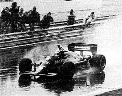 Senna ergue o punho e festeja primeira vitória na F-1, no GP de Portugal em 1985