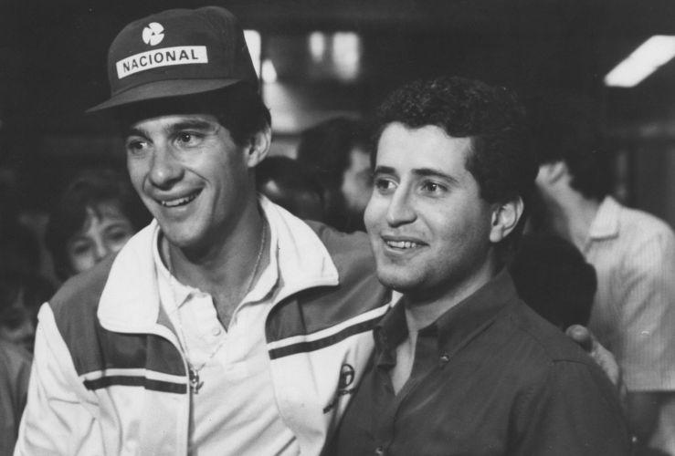 Ayrton Senna e nadador Ricardo Prado, prata em Los Angeles-1984, posam para foto no aeroporto em 1985