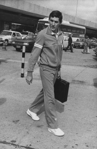 Senna sai do aeroporto com pasta na mão em 1986