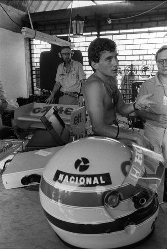 Sem camisa, Senna conversa com os mecânicos após treinos no GP Brasil