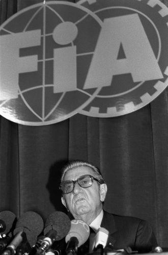 Jean-Marie Balestre dá coletiva na sede da FIA para explicar desclassificação de Senna no Japão