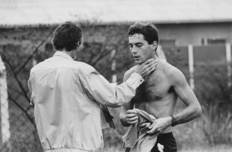 Senna recebe atenção do preparador físico Nuno Cobra, que o acompanhou na trajetória pela F-1