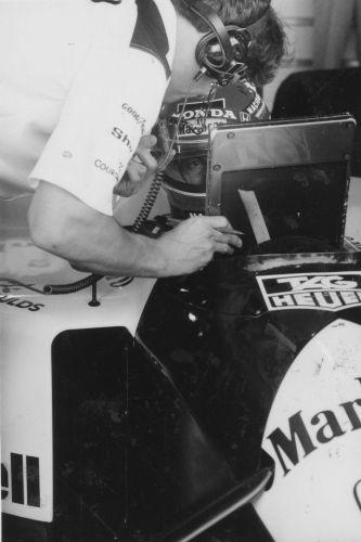 Senna vê com membro da McLaren ajustes a serem feitos durante GP Brasil de 1991