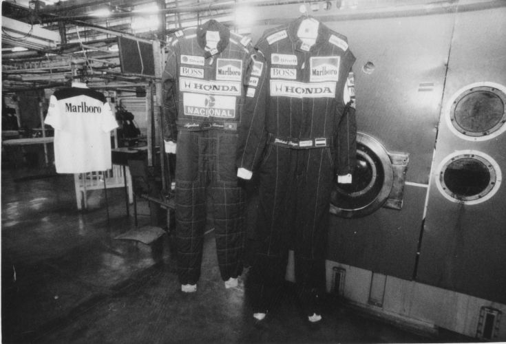 Macacões do piloto brasileiro da McLaren em uma lavanderia em São Paulo, em 1991
