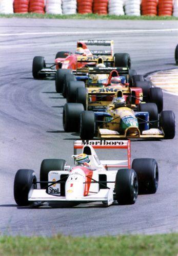 Ayrton Senna junto com o segundo pelotão momentos antes de abandonar o GP Brasil-1992