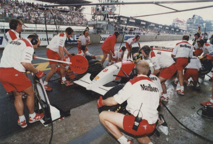 Senna entra nos boxes da McLaren para trocar pneus no GP Brasil-1993