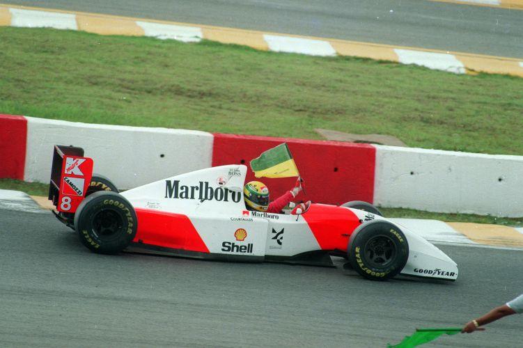 Senna carrega bandeira improvisada do Brasil após a vitória de 1993
