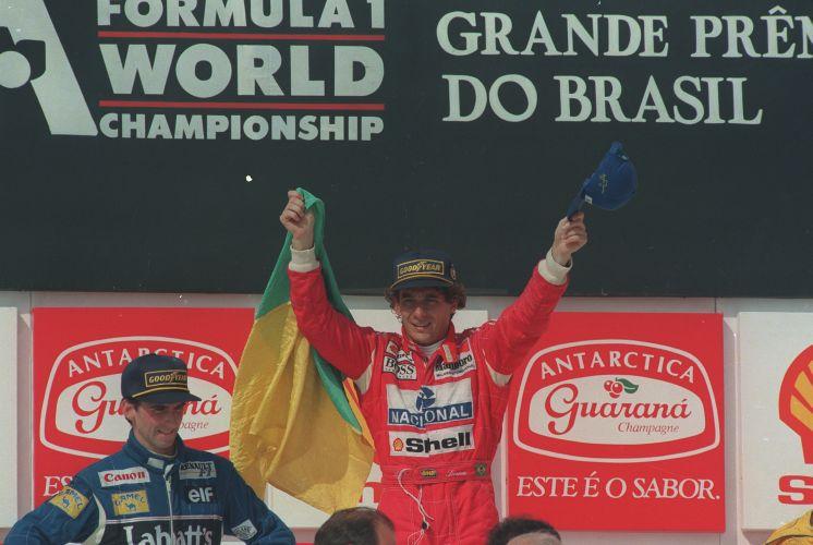 Ao lado de Damon Hill, Senna ergue a bandeira do Brasil no lugar mais alto do pódio em 1993