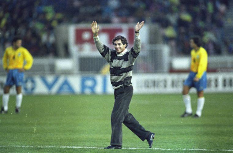 Senna cumprimenta o público e deixa estádio. Meses depois, seleção homenageou Senna após ser tetra da Copa