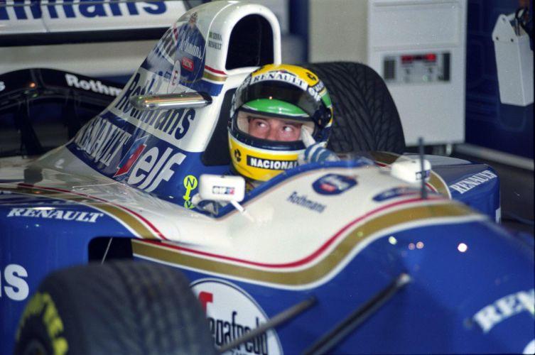 Senna com olhar perdido nos boxes da Williams no GP Brasil