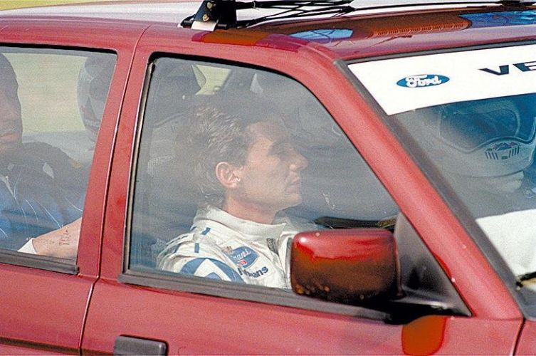 Senna mostra cara de preocupação e semblante fechado após deixar GP brasileiro de 1994