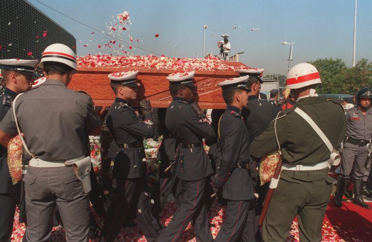 Público joga flores no caixão de Senna na saída do aeroporto de Cumbica