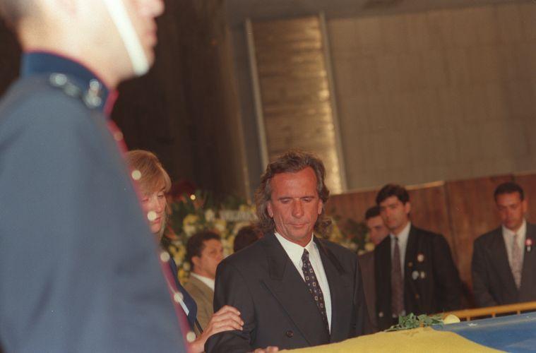 Comovido, Émerson Fittipaldi olha para o caixão de Senna