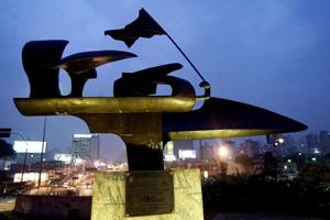 Monumento em homenagem a Ayrton Senna na entrada de túnel na av. 23 de Maio, em São Paulo (SP)