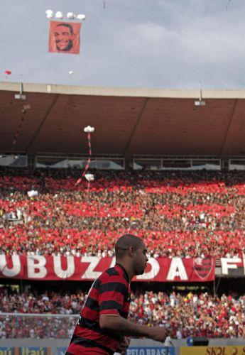 Torcida do Flamengo caprichou na festa para receber Adriano. Time carioca venceu por 2 a 1 a partida.