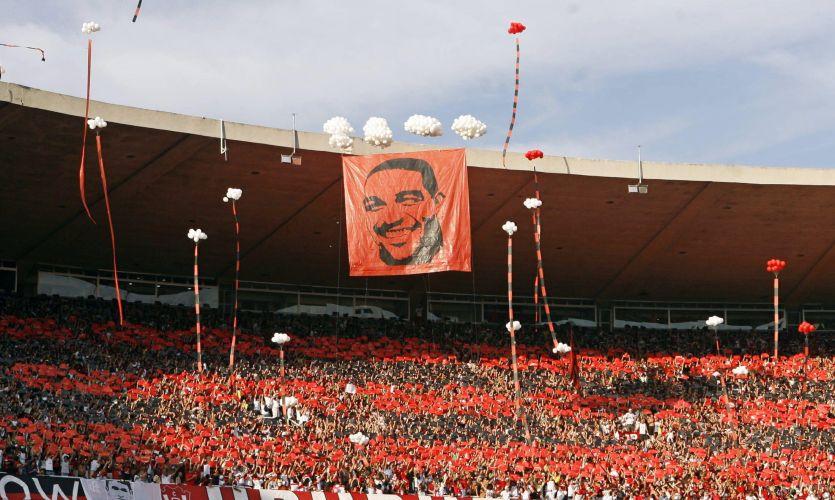 Bandeira com o rosto de Adriano é alçada por balões brancos no Maracanã. Time carioca venceu por 2 a 1 a partida.