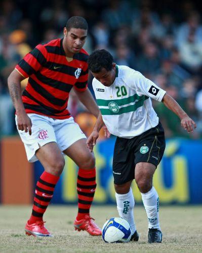 Adriano tenta marcar Marcos Aurélio durante a partida entre Coritiba e Flamengo em Curitiba; time carioca foi goleado por 5 a 0
