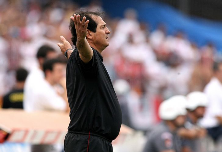 Muricy Ramalho cobra o time momentos antes de conquistar o primeiro título do Brasileiro pelo São Paulo, em 2006