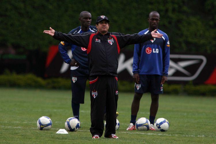 Muricy Ramalho cobra jogadores do São Paulo durante treinamento do time no CT da Barra Funda