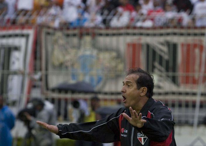 Muricy orienta o time contra o Vasco, em São Januário, partidas antes de se tornar tricampeão brasileiro com o clube do Morumbi