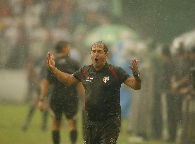 O ex-treinador do São Paulo vibra com o time na sua última conquista com o tricolor do Morumbi