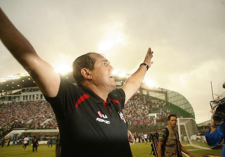 Muricy Ramalho comemora com a torcida o tricampeonato do São Paulo na vitória contra o Goiás, na última rodada da competição