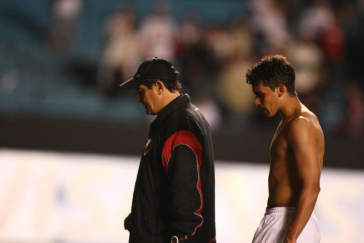 Após a derrota e a eliminação para o Cruzeiro na Libertadores deste ano, Muricy Ramalho deixa o gramado cabisbaixo ao lado de Jean