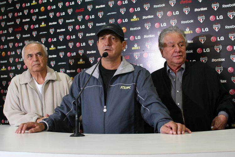 A manhã no São Paulo foi reservada para a despedida de Muricy Ramalho, demitido após comandar a equipe tricolor durante três anos e meio. E a diretoria aproveitou a ocasião para anunciar a contratação de Ricardo Gomes para técnico