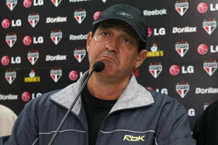 O técnico Muricy Ramalho fez um breve discurso de agradecimento à diretoria em entrevista coletiva no CT da Barra Funda. Mas, minutos depois, deixou claro que o ambiente no clube não era dos melhores em 2009
