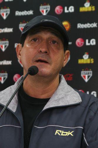 No estacionamento do CT da Barra Funda, em rápida entrevista para alguns jornalistas, Muricy Ramalho revelou que Cuca, técnico do Flamengo, ligou para o presidente do São Paulo, Juvenal Juvêncio, e se ofereceu para assumir o comando do clube tricolor