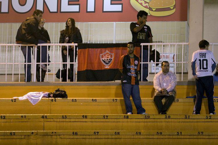 A pequena torcida do Vitória em São Paulo também comparece ao estádio nesta quinta