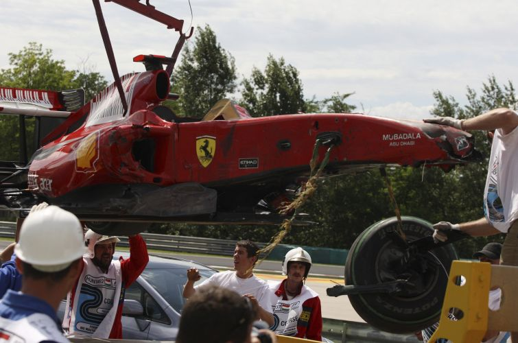 O carro do piloto Felipe Massa  retirado da pista na Hungria, aps o brasileiro ter batido forte contra a proteo de pneus neste sbado, durante a sesso de treinos da Frmula 1