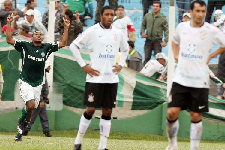Obina comemora gol do Palmeiras sobre o Corinthians. Com três gols do atacante, o time alviverde venceu por 3 a 0.
