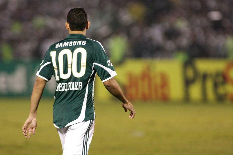 Diego Douza usa camisa comemorativa relacionado ao seu 100º jogo pelo Palmeiras, marca alcançada no fim de semana no clássico contra o Corinthians. O time da casa venceu a partida por 1 a 0.
