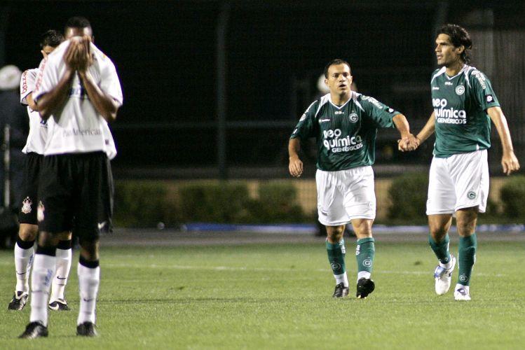Fernandão comemora gol do Goiás sobre o Corinthians no Pacaembu. A equipe goiana venceu por 4 a 1.