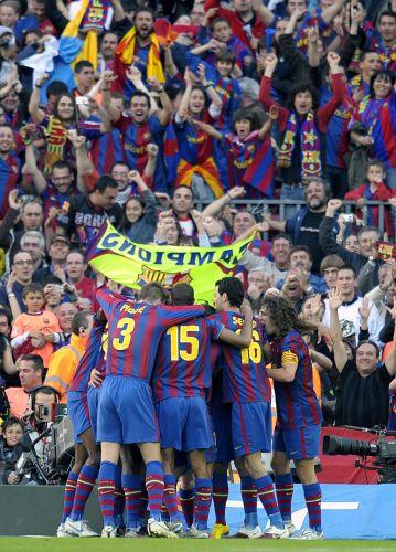 Jogadores do Barcelona vibram com gol na partida com o Valladolid   resultado garante o título espanhol para a equipe catalã Lluis Gene AFP Mais d62dab44333a8