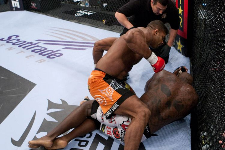 Overeem aceertou bons golpes e no deu chances ao rival; rbitro encerrou o combate e o holands manteve o cinturo dos pesados