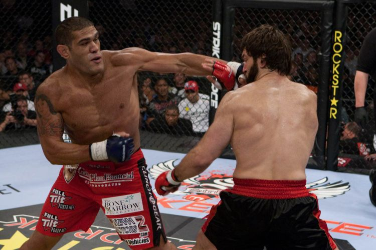 Brasileiro Antonio Silva machucou o bielo-russo Andrei Arlovski e faturou a vitria por pontos