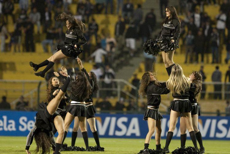 Líderes de torcida fazem coreografia antes do início da partida