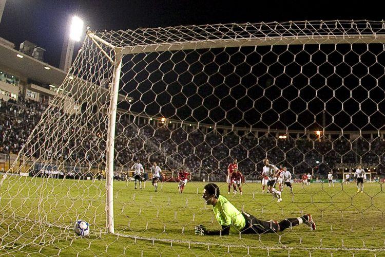 Lauro foi na bola, espalmou, mas não evitou que ela entrasse mansamente em jogo contra o Corinthians