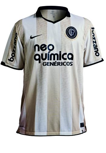 dcf321f6d8 Nike apresentou modelo da camisa oficial do centenário do Corinthians   camisa tem listras brancas e beges (a primeira cor da equipe).
