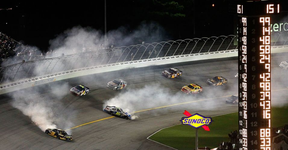Carros deslizam pela pista na etapa noturna da Nascar realizada domingo, no Atlanta Motor Speedway. Tony Stewart foi o vencedor