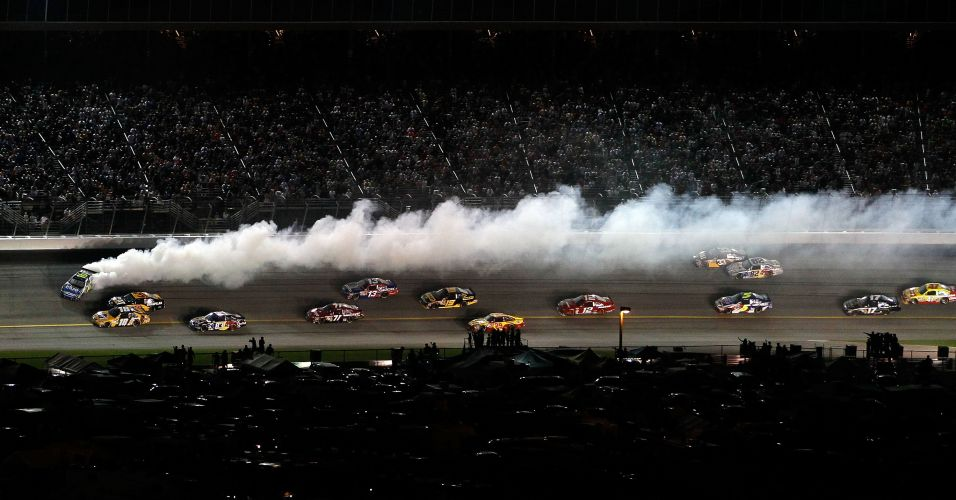 Carro derrapa pela pista em acidente na etapa noturna da Nascar realizada domingo, no Atlanta Motor Speedway. Tony Stewart foi o vencedor