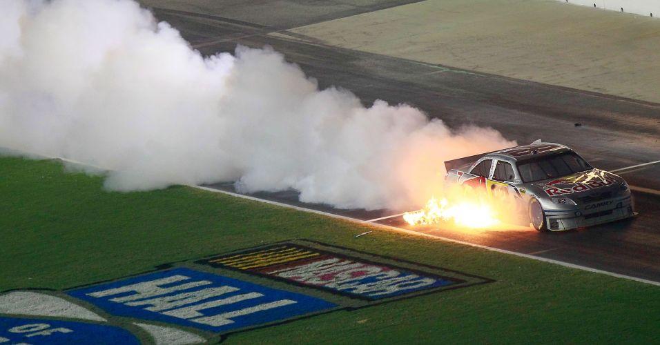 Carro de Scott Speed pega fogo e enche de fumaça o circuito em Hampton