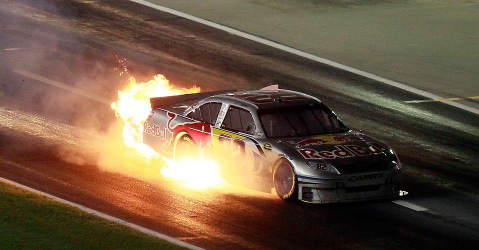 Carro de Scott Speed pega fogo no circuito em Hampton, neste domingo