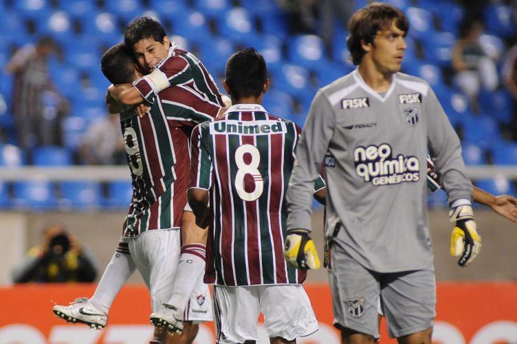 Mariano chega à linha de fundo pela direita e faz o cruzamento para a área. A bola vai com efeito, passa por toda a área e entra no canto direito de Michel Alves, sem que nenhum jogador desvie